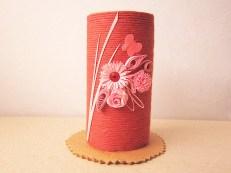 suport creioane hand made hartiutze paper made rosu din carton hartie igienica decorat cu flori quilling roz si fluturas de hartie
