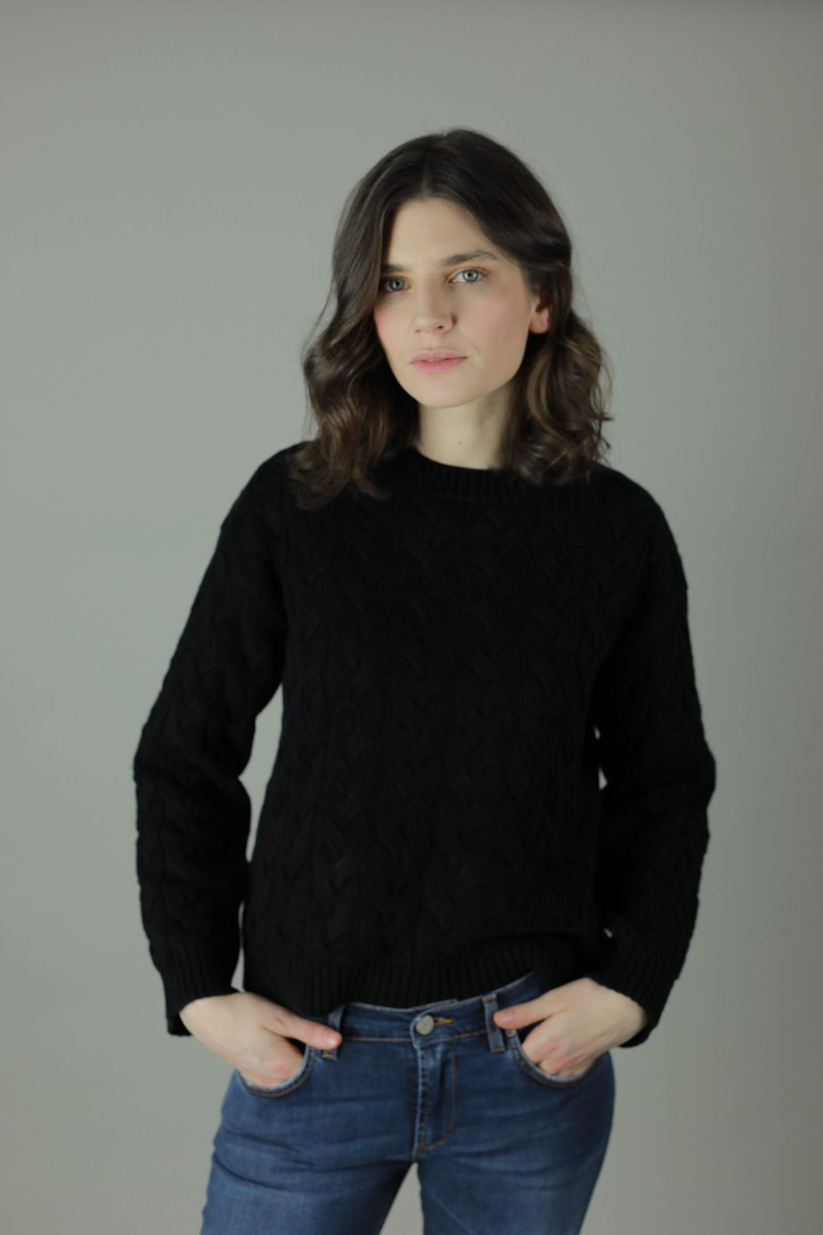 The 100% cashmere Cable-Knit Lana sweater is the luxurious feel you need against your skin this year. Luxuriously woven to give you the perfect look and feel of luxury offered in three different colours with an option of straight edge or scallop edge in our quality cashmere collection. Front view.