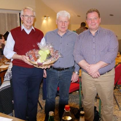 Ortsvorsteher Jochen Janz (Mitte) bedankt sich bei Manfred Nickel(li) für die langjährigen Dienste im Verein. Gleichzeitig wünscht er Peter Keller für die künftige Arbeit viel Erfolg.