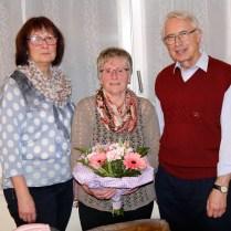 Auch die Turnerfrauen danken Else Schmidt und Manfred Nickel mit einem Blumenstrauß, den Gudrun Bock (li) überreicht.