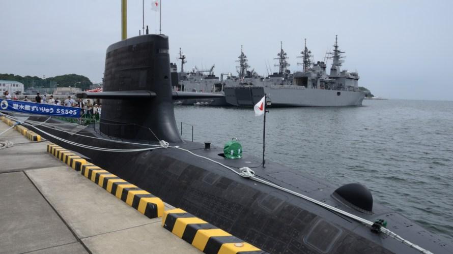 水面下で密かに充電。潜水艦のシュノーケル。