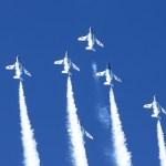 青空に描くスモーク。ブルーインパルスの飛行隊形