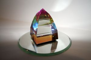 glass-prism-on-mirror-553889-m