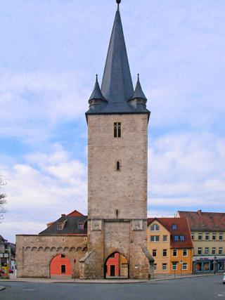 Bild: Der Johannistorturm zu Aschersleben wurde im Jahre 1382 erbaut. Er ist 42 Meter hoch und der einzige erhaltene Torturm der Stadt.