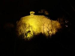 Bild: Die mächtige Bastion Mine des Schlosses zu Mansfeld prägt das Antlitz der Kleinstadt im Landkreis Mansfeld-Südharz bei Nacht.