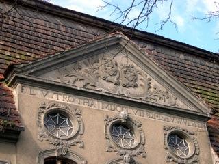 Bild: Mittelrisalit am Barockflügel des Schlosses zu Gänsefurth.