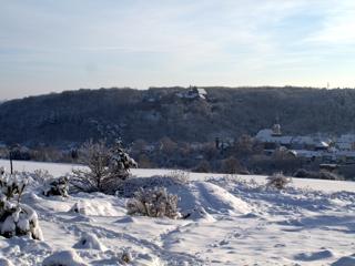 Bild: Schloss und Stadt Mansfeld im Winter von der Rabenskuppe aus gesehen.