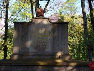 Bild: Gedenkstein auf dem sowjetischen Soldatenfriedhof an der Friedensstraße in Eisleben.