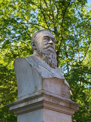Bild: Das Ernst Leuschner Denkmal in der Lutherstadt Eisleben.