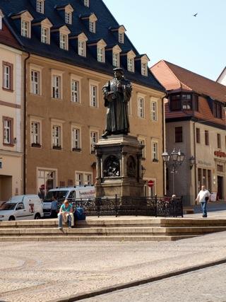 Bild: Das Lutherdenkmal auf dem Markt von Eisleben.