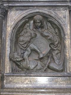 Bild: Die östliche Reliefplatte am Lutherdenkmal zu Eisleben.