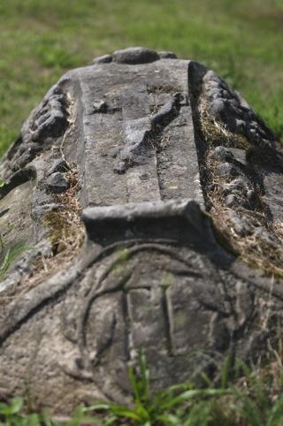 Bild: Historischer Grabstein auf dem Wipertifriedhof zu Quedlinburg.