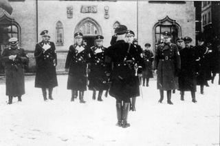 Bild: Rapport der SS zum ersten Jahrestag des EISLEBER BLUTSONNTAGES gegenüber Himmlers Stellvertreter Heißmeier. Der zweite von links ist der NSDAP Kreisleiter Ludolf von Alvensleben. Dieses Bild ist gemeinfrei, weil seine urheberrechtliche Schutzfrist abgelaufen ist.