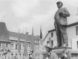 Bild: Kundgebung der Kampfgruppen der DDR am Lenindenkmal von Eisleben. Historische Aufnahme aus den 1980er Jahren.