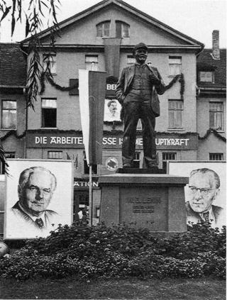 Bild: Das Lenin-Denkmal in Eisleben neben den Bildnissen von Wilhelm Pieck und Otto Grotewohl. Aufnahme aus dem Jahre 1950. Dieses Bild ist gemeinfrei, weil seine urheberrechtliche Schutzfrist abgelaufen ist.