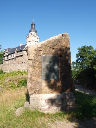 Bild: Gedenkstein zu Ehren des Eike von Repgow an der Burg Falkenstein.