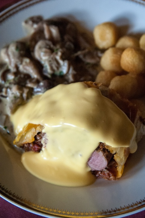 Bild: Filet Wellington mit Waldpilzen, Sauce Hollandaise und Kartoffelbällchen.