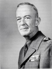 Bild: General Courtney Hicks Hodges. Auf dem Bild ist Hodges im Range eines Generalleutnants zu sehen. Er wurde als letzter General von 13 weiteren während des Zweiten Weltkrieges zum 4-Sterne-General befördert. Dieses Bild wurde von einem Mitglied der United States Army während dessen Ausführung seiner Dienstpflichten erstellt. Als eine Arbeit der US-Regierung ist dieses Bild in public domain.