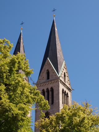 Bild: Die Türme des Doms zu Halberstadt vom Domplatz aus gesehen.