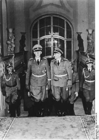 Bild: Reinhard Heydrich in der Prager Burg. Under the licence of Commons:Bundesarchiv. Bundesarchiv, Bild 146-1972-039-26 / unbekannt / CC-BY-SA.