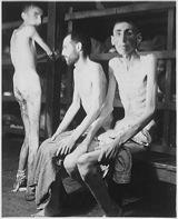 Bild: Häftlinge im KZ Buchenwald, 1945.