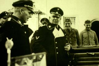 Bild: Theodor Eicke - Bildmitte - war war 1933/1934 Kommandant des KZ Dachau. Von 1934 bis 1939 war er Inspekteur der Konzentrationslager. Für diesen Posten empfahl sich Eicke durch die von ihm erlassene brutale Lagerordnung des KZ Dachau. Foto © 2010 Birk Karsten Ecke - Gedenkstätte Konzentrationslager Dachau.