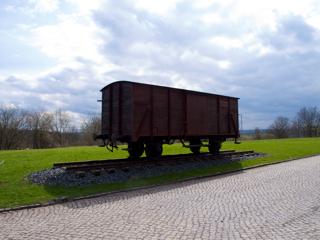 Bild: Eisenbahnwagon der Reichsbahn an der Gedenkstätte KONZENTRATIONSLAGER MITTELBAU-DORA bei Nordhausen.