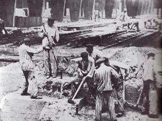 Bild: Häftlinge des KZ Mittelbau Dora bei der Anlage der unterirdischen Produktionsanlagen für die V-Waffen im Kohnstein. Dieses Bild ist gemeinfrei, weil seine urheberrechtliche Schutzfrist abgelaufen ist.
