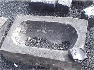 Bild: Die bei der Verhüttung des Kupferschiefers reichlich anfallende Schlacke ließ sich vielfältig verwenden.Hier zum Beispiel als Futtertrog für Hausschweine aus Mansfeld-Schlacke.