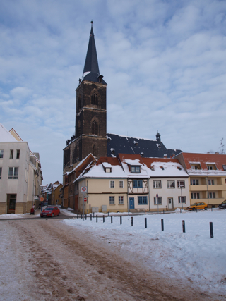 Bild: Die Kirche St. Stephani zu Aschersleben. Von den zwei Türmen wurde nur der südliche bis zur vollen Höhe gebaut.