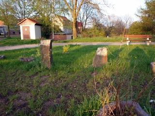 Bild: Sühnekreuze von Greifenhagen. Alter Standort an der nördlichen Mauer des Friedhofes von Greifenhagen.