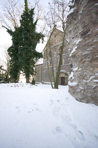 Bild: Die Nordostseite der Stiftskirche mit Teilen der Alten Kapelle.