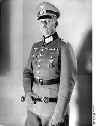 Bild: Generalfeldmarschall Gerd von Rundstedt mit Marschallstab. Aufnahme aus dem Jahre 1941. Bild: This file is licensed under the Creative Commons Attribution-Share Alike 3.0 Germany license.