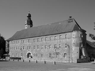 Bild: Das Schloss zu Schochwitz. Hier lebte Ludolf-Hermann von Alvensleben zeitweise. Foto aus dem Jahre 2006.