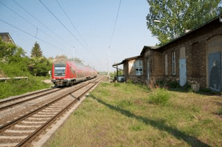 Bild: Der Bahnhof von Helfta. Schienenseite. Blick Richtung Westen bzw. Eisleben. Aufnahme vom April 2011.