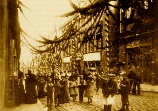 Bild: Festlich geschmückte Straße in Eisleben zu Ehren der 700-Jahr-Feier des Mansfelder Kupferschieferbergbaues im Jahre 1900 in Eisleben. Dieses Bild ist gemeinfrei, weil seine urheberrechtliche Schutzfrist abgelaufen ist.