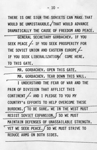 """Bild: """"Mr. Gorbatchev, open this gate. Mr. Gorbatchev, tear down this wall."""" Dass diese Worte von US Präsident Ronald Reagan aus dem Jahre 1987 nur zwei Jahre später Wirklichkeit würden, hat damals wohl niemand von uns Zeitzeugen für möglich gehalten. Dieses Bild wurde von einem Mitglied der United States Bundesregierung während dessen Ausführung seiner Dienstpflichten erstellt. Als eine Arbeit der US-Regierung ist dieses Bild in public domain."""