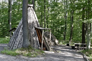 Bild: Nachbau einer Köhlerhütte - der sogenannten Kote - und eines Holzkohlemeilers an der Kohlenstraße bei Wippra.