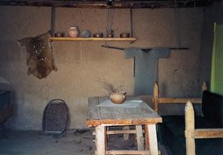 Bild: Die Innenausstattungen der Häuser in der Königspfalz zu Tilleda vermitteln ein authentisches Bild der Lebensverhältnisse im Hochmittelalter.