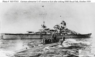 Bild: Das deutsche U-Boot U-47 unter Günter Prien fährt nach der Versenkung der ROYAL OAK nach Kiel zurück. Im Hintergrund ist die SCHARNHOST zu sehen. Dieses Bild ist gemeinfrei, weil seine urheberrechtliche Schutzfrist abgelaufen ist.