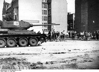 Bild: Originaltext (!) -17. Juni 1953 - Aufstand im Sowjet-Sektor von Berlin. Nach dem Tode Stalins griff der Wille zur Selbstbestimmung über das staatliche und persönliche Leben und über die Freiheit der Persönlichkeit auf die Menschen des gesamten sowjetzonalen Sektors Deutschlands über. Die Bevölkerung im Sowjetsektor Berlins glaubte die Stunde der Freiheit sei für sie gekommen. Man ging auf die Straßen und proklamierte das Recht auf Freiheit und Selbstbestimmung. Der Aufstand wurde durch sowjetische Truppen zusammengeschlagen. Von der sowjetischen Besatzungsmacht eingesetzte Panzer zur Niederschlagung der Unruhen in der Schützenstrasse. Bild: This file is licensed under the Creative Commons Attribution-Share Alike 3.0 Germany license.