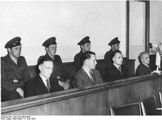 Bild: Originaltext (!) - Prozess gegen Aufständische vom 17. Juni 1953 - Zentralbild/Junge, 11.6.1954 Rädelsführer des 17. Juni vor dem Obersten Gericht Ein Prozess gegen vier Agenten westlicher Spionage- und Terrororganisationen, die als Rädelsführer und Anstifter an der jahrelangen Vorbereitung und der Auslösung des faschistischen Putschversuches vom 17. Juni 1953 massgeblich mitgewirkt haben, begann am 10.6.1954 vor dem 1. Strafsenat des Obersten Gerichts der Deutschen Demokratischen Republik. UBz: Am zweiten Verhandlungstag des Prozesses. (v.l.n.r.) Die Angeklagten Horst Gassa, Hans Füldner, Werner Mangelsdorf und der Hauptangeklagte Dr. Wolfgang Silgradt. Bild: This file is licensed under the Creative Commons Attribution-Share Alike 3.0 Germany license.