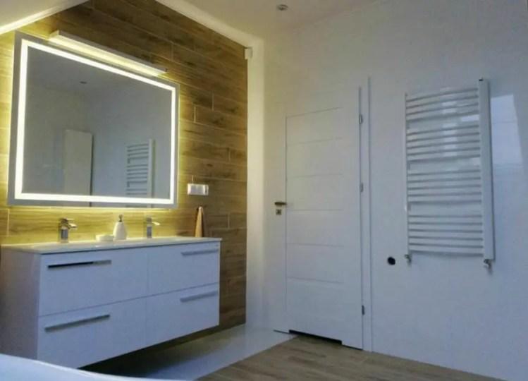 Lustro wypełnia łazienkę pięknym, miękkim światłem