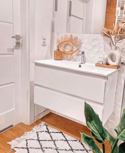 łazienka z elementami drewna i bieli