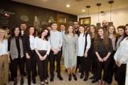الملكة تطلع على برامج معهد تصميم عمان