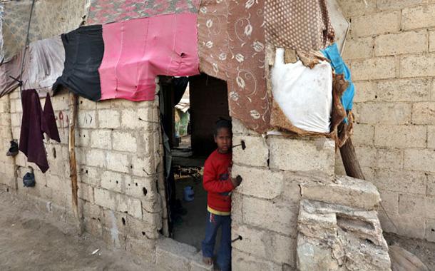 طفل يطل من مدخل منزل بلا بوابة في بلدة غور فيفا بالأغوار الجنوبية