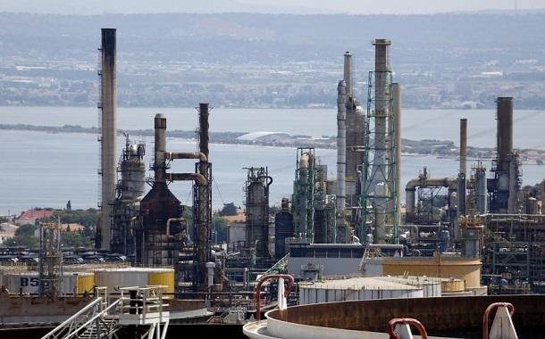 النفط يغلق منخفضا أكثر من 2% وسط مؤشرات على تخمة معروض