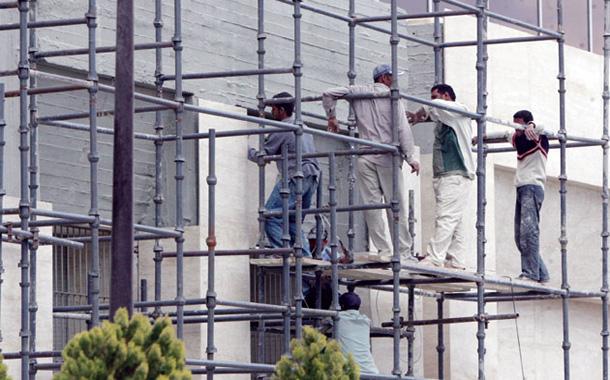 عمال وافدون يعملون في إحدى ورش البناء في عمان- (أرشيفية- تصوير- محمد أبو غوش)