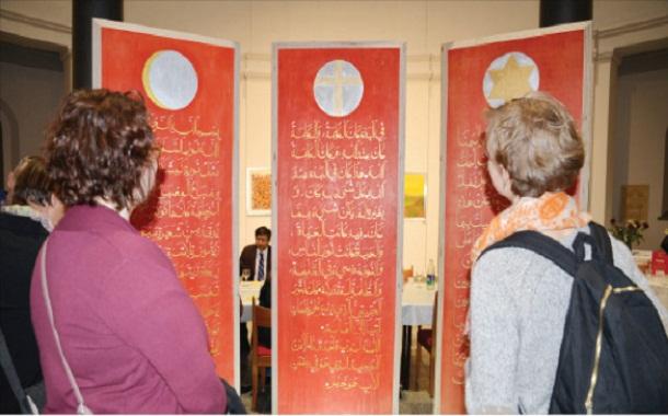 زائرتان أمام لوحة بمعرض لجماليات الخط العربي في العاصمة الألمانية برلين -(أرشيفية)