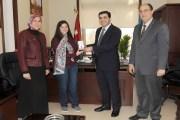 رئيس جامعة العلوم والتكنولوجيا  يكرم الطالبة يارا مرعي